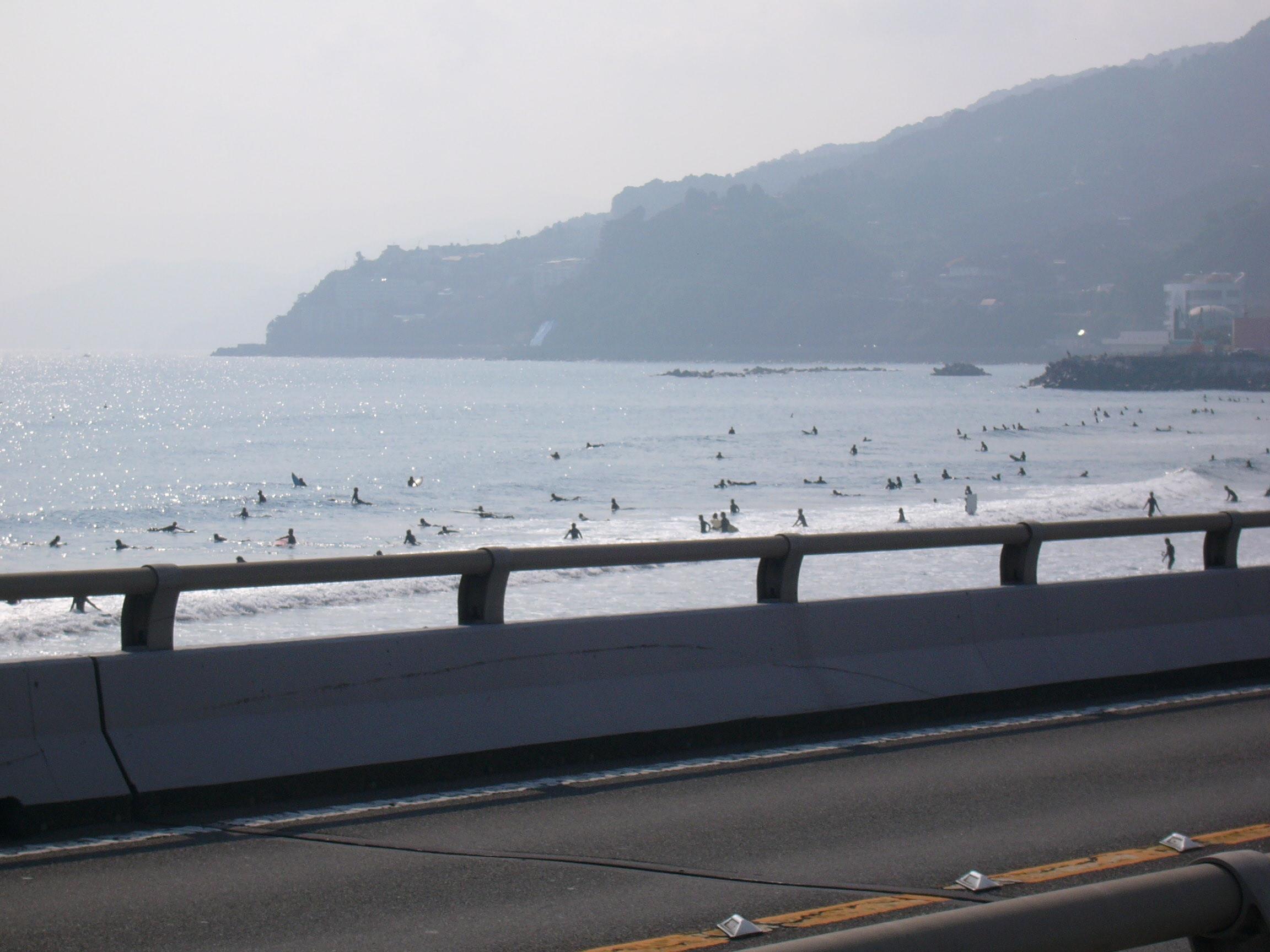 【路上からみた吉浜】 【路上からみた吉浜】 湯河原吉浜は、ちょうど真鶴道路の出入口の下に位置し.